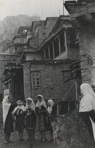 девочки-за-рукоделием-кубачи-1960-е.jpg